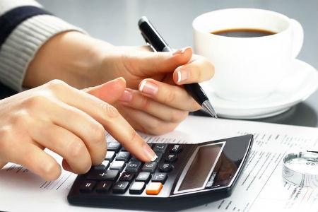ИП ведёт подсчёты по налоговым системам РФ